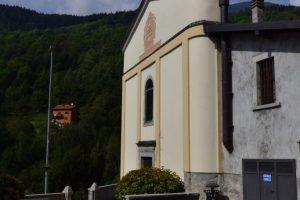 La facciata e il sagrato di Ponte di Saviore