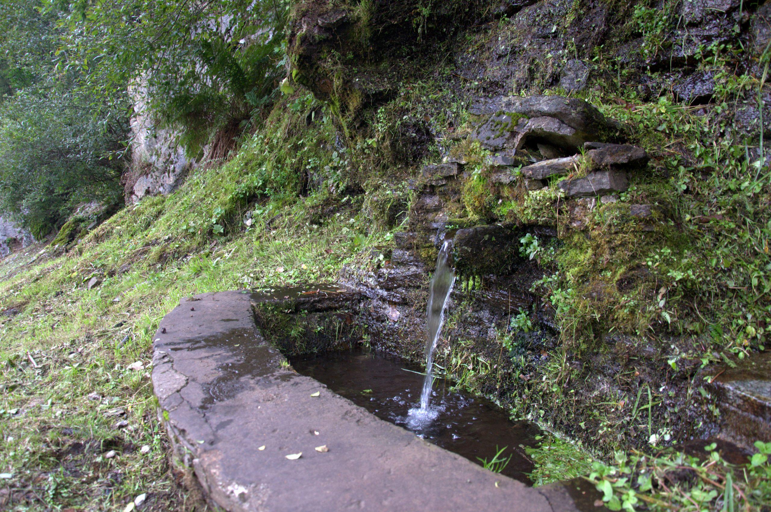 L'acqua della fontana sembra sgorgare direttamente dal versante