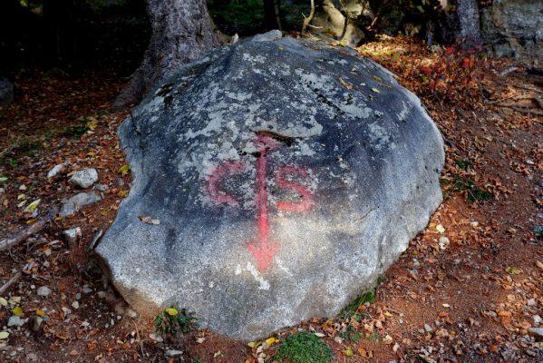 Il confine tra Cevo Saviore segnato su di una pietra posta lungo il percorso